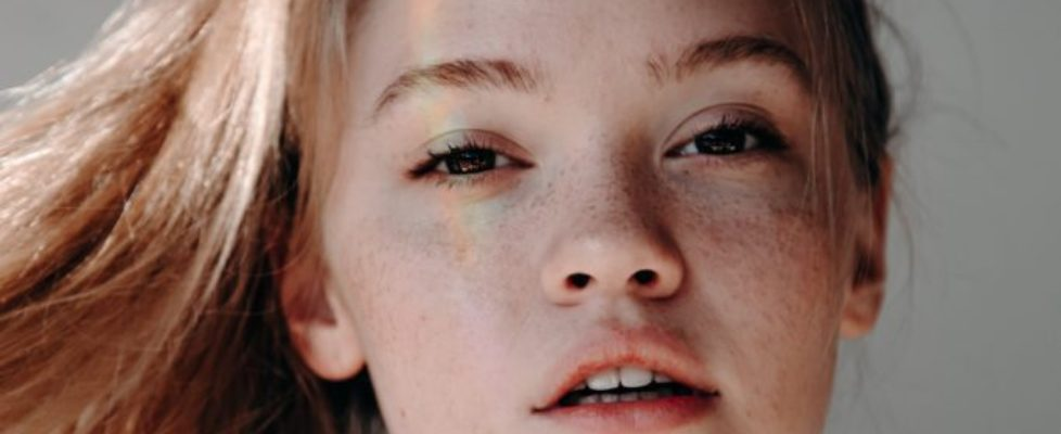 Aby mieć czystą skórę na twarzy, warto stosować kremy na trądzik z naturalnym składem.